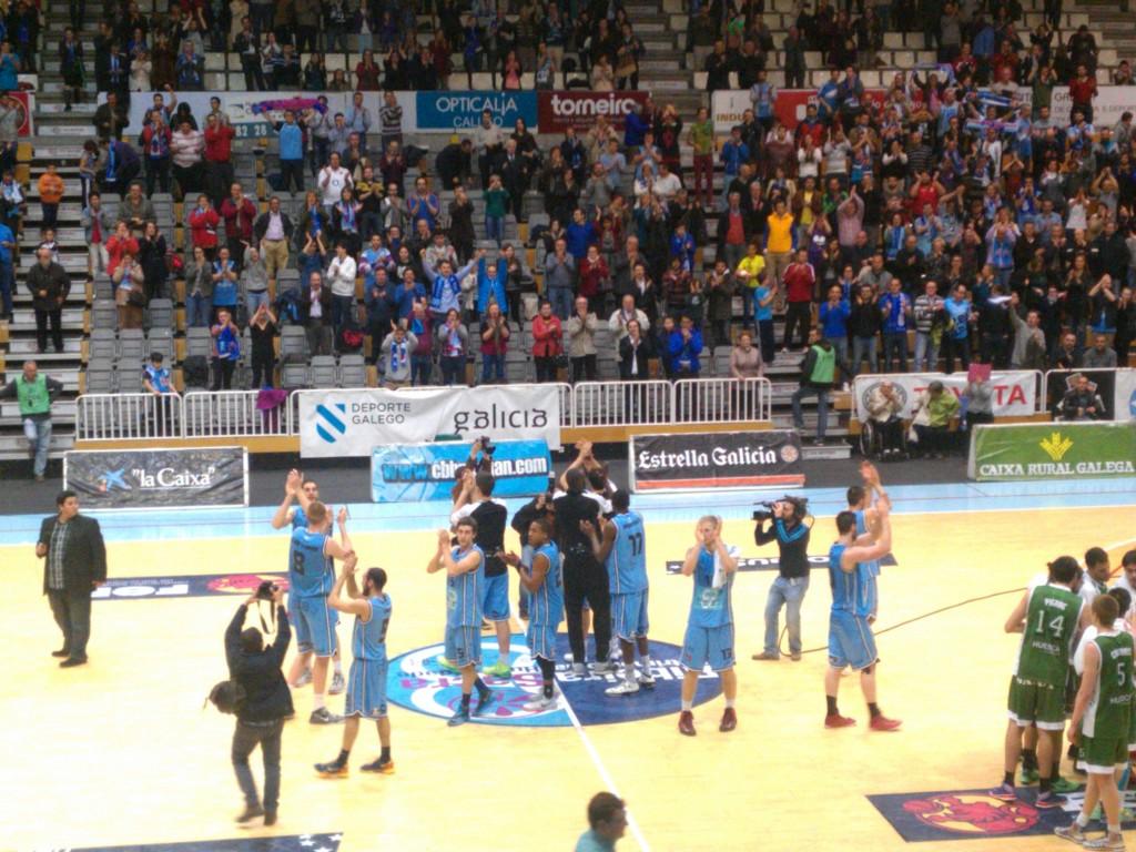 Los jugadores del Ribeira Sacra Breogán saludan a su público tras la victoria